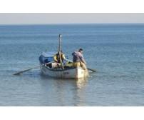 Двама рибари в лодка